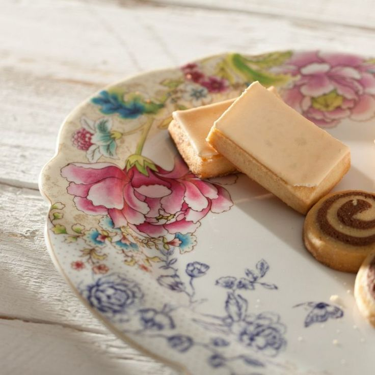 Candy in flowers porcelain #dekoriapl #kettle #roses #mug #cup #porcelain #garden #inspirations #sweety #cookie #yummy