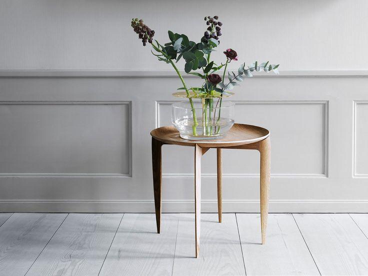 """Ikebana är japanska och betyder """"att göra blommor levande"""", vilket Vase Ikebana också gör genom att hedra hela blomman och inte bara kronan. Vasen är formgiven av Jaime Hayon och består av en del i munblåst glas och en fristående struktur i mässing som håller blommorna på plats.Vase Ikebana ingår i Fritz Hansens kollektion Objects. Objects består av vackra accessoarer formgivna av danska och internationella designers, bland annat duon Studio Roso, Wednesday Architecture och Jaime Hayon…"""