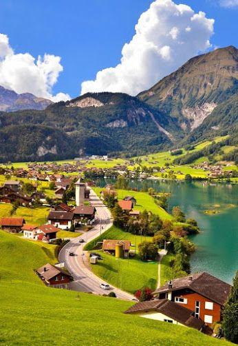 Grindelwald - Suiça Localizada em um receptivo recôncavo verdejante, cercado por uma imponente paisagem montanhosa, Grindelwald é um dos destinos de férias e excursão mais populares da Suíça.