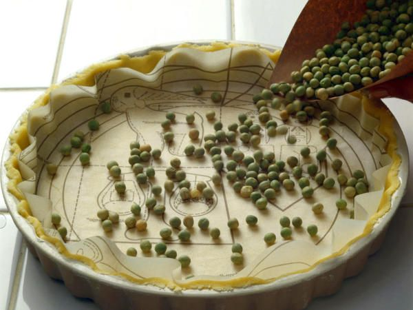 Das Blindbacken mit getrockneten Hülsenfrüchten stabilisiert Teige, die ohne Füllung vorgebacken und erst nach dem Backen gefüllt oder belegt werden.