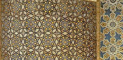 L'incontro più diretto e immediato che l'artista olandese ha con lo stile arabo, si compie nel 1926. A Granada, Escher s'imbatte nello stupefacente complesso residenziale dell'Alhambra: elegante e superlativo esempio di arte moresca (da InStoria - Dall'Islam alla Matematica)