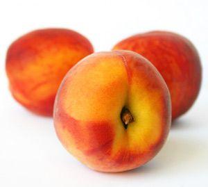 Pêssegos orgânicos    E os pêssegos não estão sozinhos. Muitas outras frutas têm um alto nível de pesticidas. Maçãs e nectarinas também possuem pesticidas em alta concentração. Os morangos absorvem um monte de veneno através de suas peles finas. E você não tem como descascar um morango. O mesmo acontece com as cerejas. As uvas – e uvas passas – também sofrem do mesmo problema. Comprar frutas fora da estação é sempre arriscado.