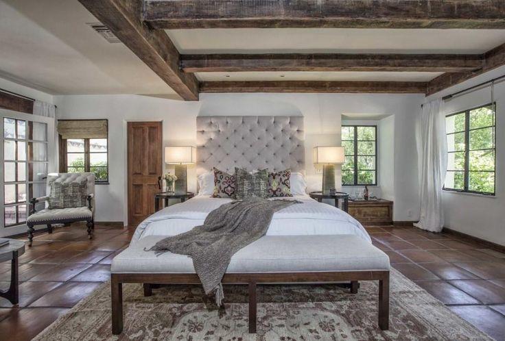 De slaapkamer met vele ramen voor uitzicht op het landgoed - Kijk binnen bij Katharine Hepburns indrukwekkende eerste huis in Hollywood