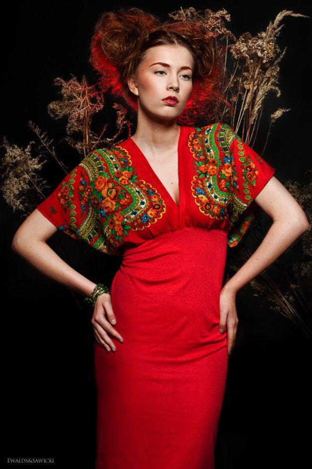 Ein rotes Kimonokleid mit Blumen. Unten Jersey, oben sich gut anpassender leichter Stoff der Art von Chiffongeorgette. An der Taille gibt es einen Gummi, deswegen passt sich das Kleid an die Figur...
