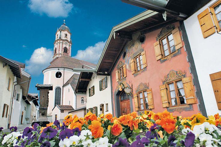 Durch die Grenzlage zu Tirol direkt an der alten Römerstraße bescherte dem Ort ein seit Jahrhunderten reges Handelstreiben. Mit dem Bozner Markt, der alle 5 Jahre statt findet, taucht Mittenwald wieder in das Flair des Mittelalters