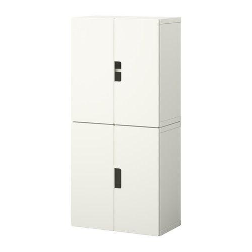 STUVA Combinaison rangement portes IKEA Rangement bas qui permet aux enfants d'atteindre plus facilement leurs affaires et de les ranger.