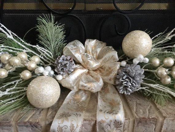 ¡VENTA - LISTA a NAVE, dentro de las 24 horas!!!!!!  Hermosa Navidad botín, aproximadamente 31 x 8-10X 5. Ideal para un manto de chimenea, mesa de comedor, o incluso puede ser colgado para arriba! Botín de Navidad color crema helada con piñas escarchado, árboles de hoja perenne, ornamentos rodea un hermoso arco brillante. El botín es muy fácil de trabajar, puede ser extendió a aproximadamente 10 o se reunieron hasta ser alrededor de 8 ancho, longitud se puede ajustar demasiado, simplemente…