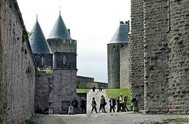 På 1200-talet inledde katolska kyrkan ett korståg mot katarerna. Borgen    Montségur blev centrum för motståndet. Här brändes 220 katarer på bål. Idag    lockas turisterna dit, nyfikna på en religiös rörelse med märkvärdigt    moderna drag.