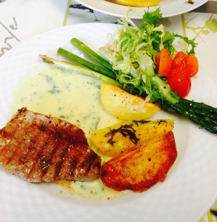 Steak with asparagus, roasted potatoes, béarnaise & salad