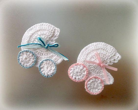 1pc haak miniatuur kinderwagen, wandelwagen, wieg stoffen versierd met satijnen snoer.  Handgemaakte haak werk met liefde & zorg.  Gemaakt van 100% katoen garen.  Deze maatregel over 7,5 cm lang en 7 cm breed.  De gehaakte appliques zou kijken super schattig als een gunst van de paptism (foto), op een baby shower uitnodiging of als decoratie van een baby shower.  Gemaakt op bestelling in elke variant van de kleur dat u wilt!  Ik het schip worlwide met register mail (met het tracking-numme...