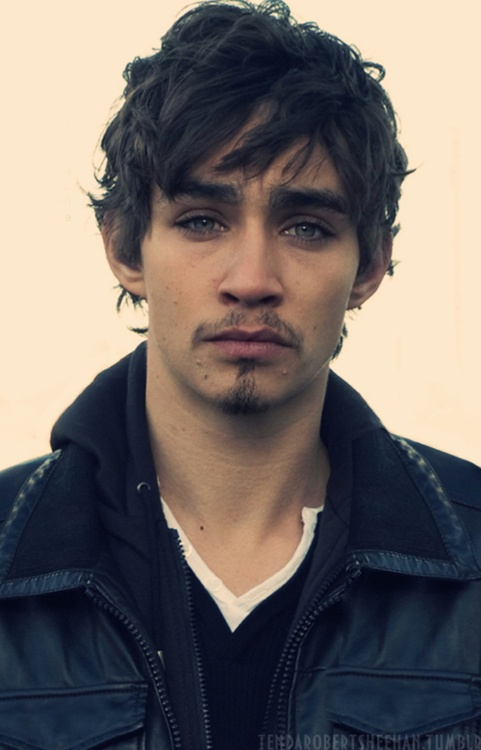 Robert Sheehan. New celeb crush! So in love with him.