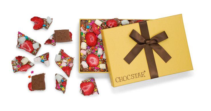 Is jouw papa altijd vrolijk, in voor een grapje en wil jij hem dit (met Vaderdag) laten weten? Deze reep gemaakt van (h)eerlijke melkchocolade met gedroogde aardbeien, marshmallows, discodip en gekleurde suikersterren is dan heel toepasselijk; speciaal voor alle vrolijke papa's!
