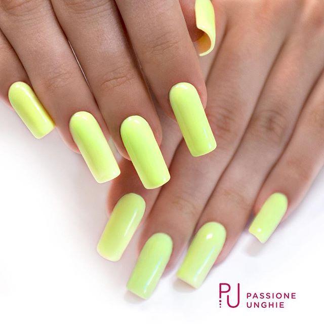 Bellissimo colore Fluo per l'estate!  A62 #Lemonade.  Struttura realizzata con il costruttore #NaturalBuilder.  Sigillato con #RockGloss.    #giallo #geluv #gelnails #nails #nail #unghie  #summer #yellow #gel #uñasdecoradas #uñas  #passioneunghieofficial