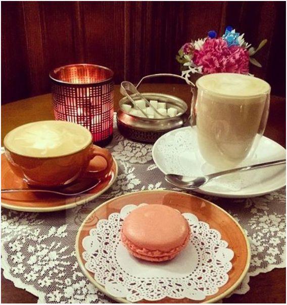 Лучший вечер - романтический вечер ❤ Всем романтического вечера с #coffeebreak_blog 😉 — пьет капучино.