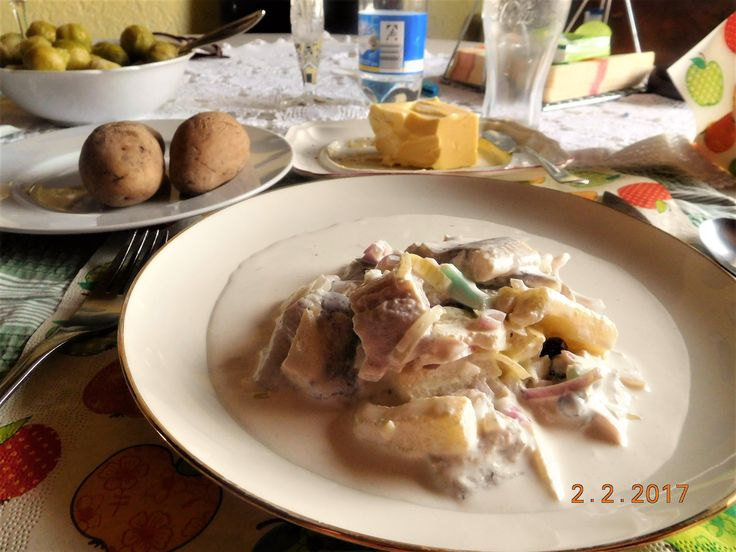 """Matjes """"meine Art"""" mit Pellkartoffeln ( Matjes ist ein jungfräulicher Hering, d.h. der noch nicht gelaicht hat) Zutaten: 4 Stück Doppelhälften Matjes mit Pellkartoffeln Sauerrahm, etwas Milch,  Apfel ,  hartgekochtes Ei, Zwiebel,  Schalotten-Zwiebeln,  Cornichon , Kapern, Lorbeerblatt,Piment"""