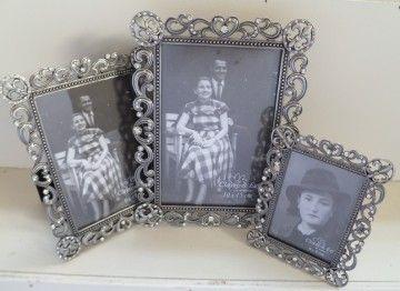 Mooie verzilverde fotolijsten zijn nog steeds erg mooi in een interieur.