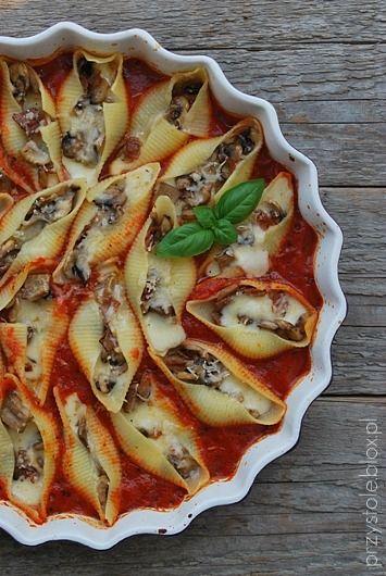 Makaronowe muszle z pieczarkami w sosie pomidorowym
