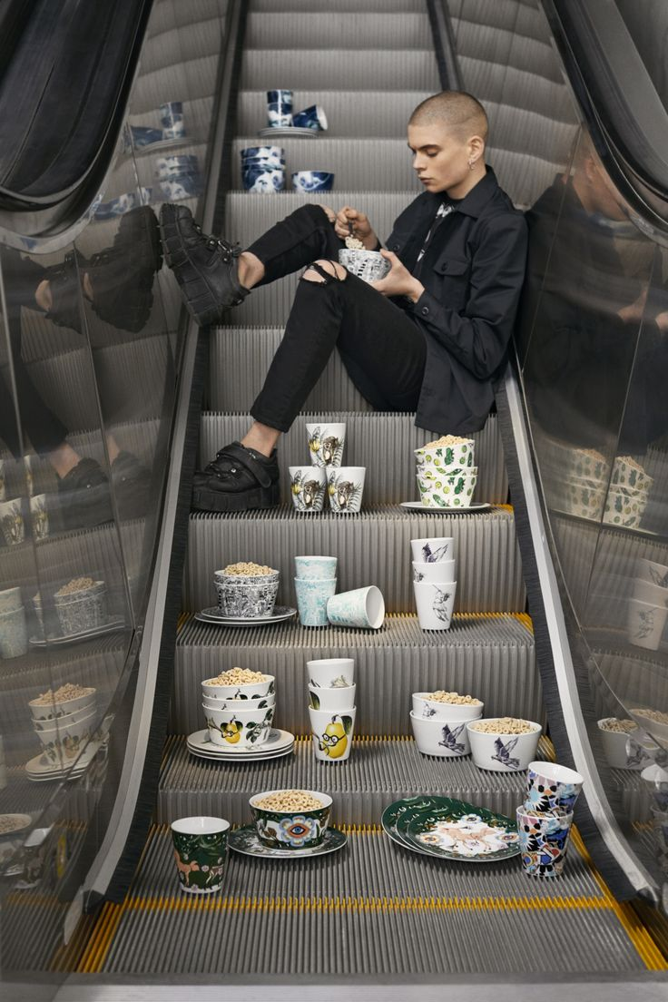 STUNSIG collectie | IKEA IKEAnl IKEAnederland inspiratie wooninspiratie decoratie accessoires interieur wooninterieur uniek kunstzinnig fleurig kleuren motieven prints gedurfd kunst limited servies kop kopjes bord borden