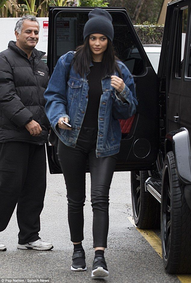 Kylie Jenner steps out in LA rain in casual looking clothes | Daily Mail Online                                                                                                                                                      Más