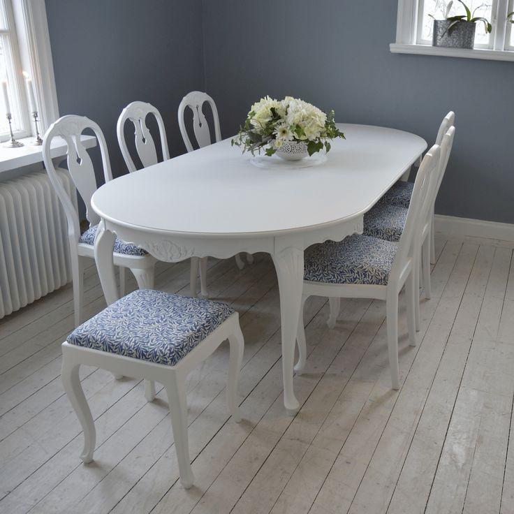 Underbar matgrupp i Bondrokokostil med 6 stolar samt 2 pallar