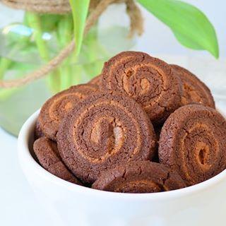 Zijn ze niet leuk Deze chocoladepindakaas swirl koekjes staan nu op het blog Link in profiel  chocolatepeanutbutter swirlcookies