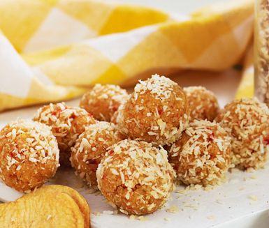 Fruktboll är en godare och nyttigare variant av den klassiska chokladbollen med ingredienser som rostade hasselnötter och kokos och härliga, torkade aprikoser.