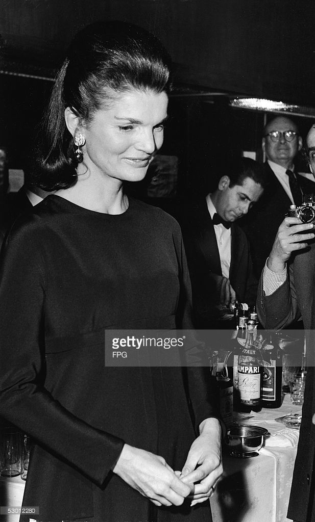 Jacqueline Onassis hosts a reception and presentation for ...