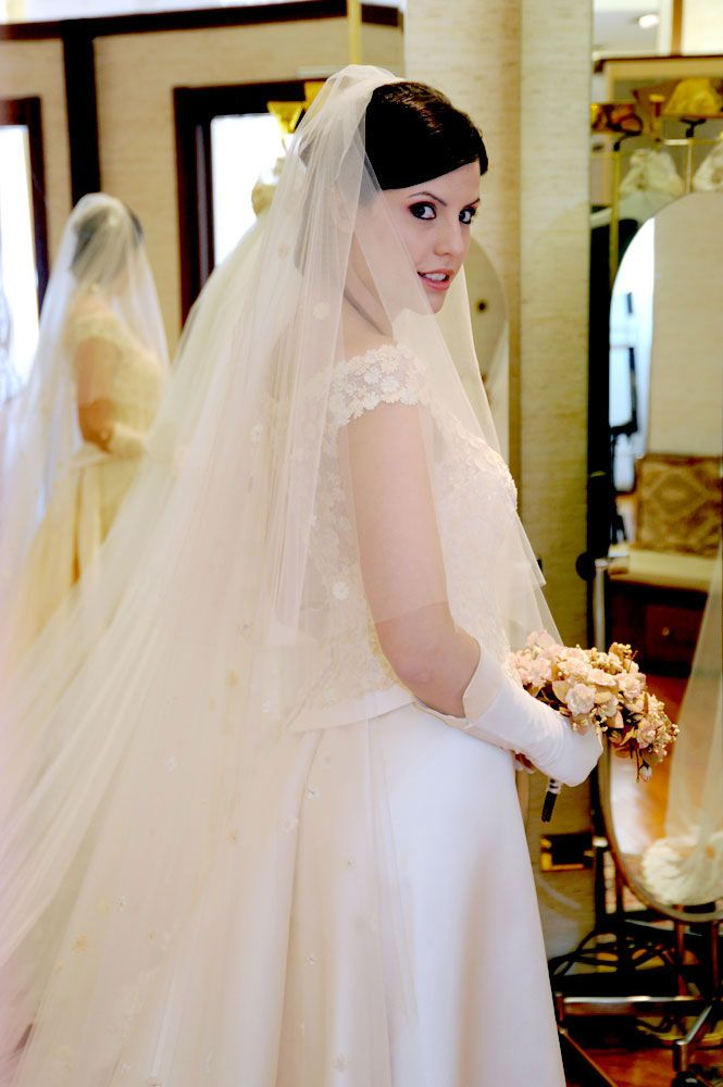 Una sposa prova il suo abito da sposa nell'atelier