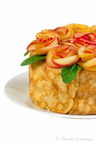Блинный торт с яблоками, орехами и карамельным муссом