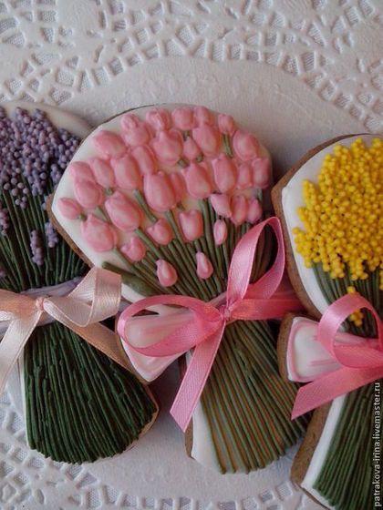 Купить или заказать Пряник 'Букет цветов' в интернет-магазине на Ярмарке Мастеров. Ароматные пряничные букеты весенних цветов подойдут в качестве небольшого подарка или комплимента на день рождения, 8 марта, на свадьбу. Станут отличным украшением праздничного стола. Цена указана за 1 шт. Каждый пряник упаковывается в пакетик и перевязывается ленточкой.