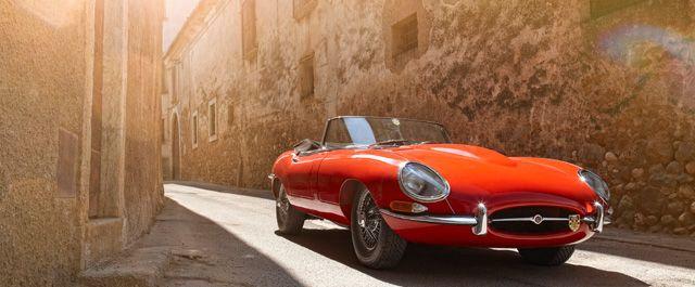"""他を圧倒するパフォーマンスや輝かしいレース戦績など、名車とされるクルマには、そう呼ばれるだけの理由がある。しかし、「美しい」という理由によって名車とされるクルマはあまりない。「ジャガーEタイプ」は、そんな数少ない""""美しき名車""""のひとつだ。レーシングマシンゆずりのメカニズムを持ちながらも、Eタイプはエレガントなスタイリングによって現在も世界的に高く評価されている。"""