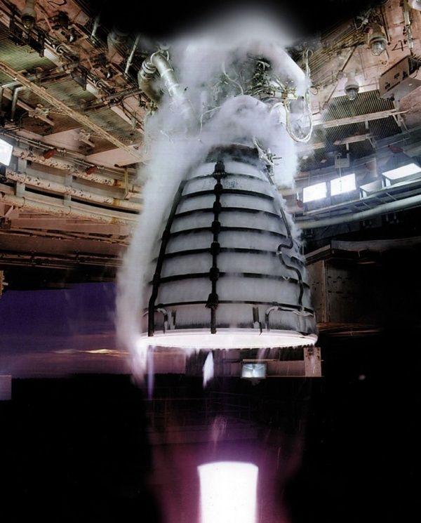 Tobera del motor RS-25. NASA. Plasma de la reacción exotérmica entre hidrógeno y oxígeno.