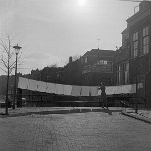 947_2385 De Mattenkade aan de Wijhaven in zuidelijke richting. De achterkant van huizen in de … - Regionaal Archief Dordrecht