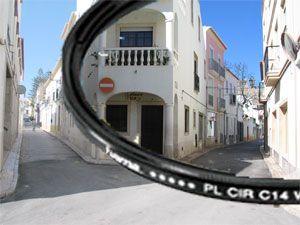 Polarisatiefilter. Een polarisatiefilter is één van de belangrijkste accessoires die een fotograaf bij zich kan hebben. Met deze filter kan men de reflecties tegengaan, hoe meer reflectie, hoe minder echte kleuren, soms kan een reflectie zo sterk zijn dat deze invloed heeft op kleuren in je omgeving. Met een polarisatiefilter wordt groen nog groener, felle kleuren worden versterkt en het contrast tussen de lucht en de wolken worden nog beter zichtbaar. http://blog.markrademaker.nl/#post135