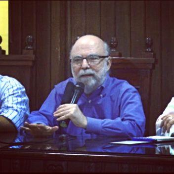 """""""Es importante que la sociedad sepa distinguir entre lo que es periodismo o lo que parece periodismo. Yo no veo que la gente esté amenazando el oficio, al contrario, lo están enriquecido, pero es importante tener clara esa distinción"""". Aseguró Rosental Alves, periodista brasilero y pionero del periodismo en Internet en América Latina. La nota completa en está dirección: https://goo.gl/WSLP1N    EL PRESENTE Y EL FUTURO DEL PERIODISMO' ROSENTAL ALVES"""