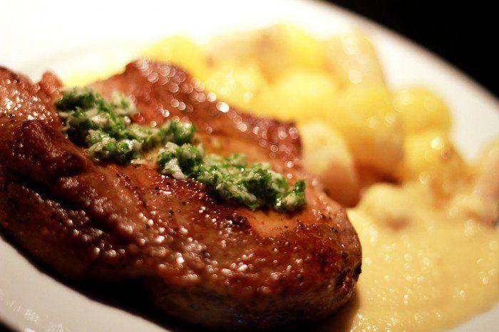 Svinekotellet med kogte rodfrugter, peberrod gremolata og smørsovs