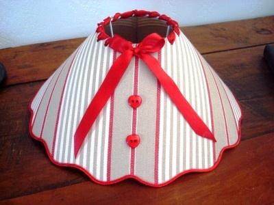 Abat jour de couleur lin et rouge réhaussé de deux boutons coeurs, l'ensemble est agrémenté d'un  ruban rouge noué sur le devant, déco création