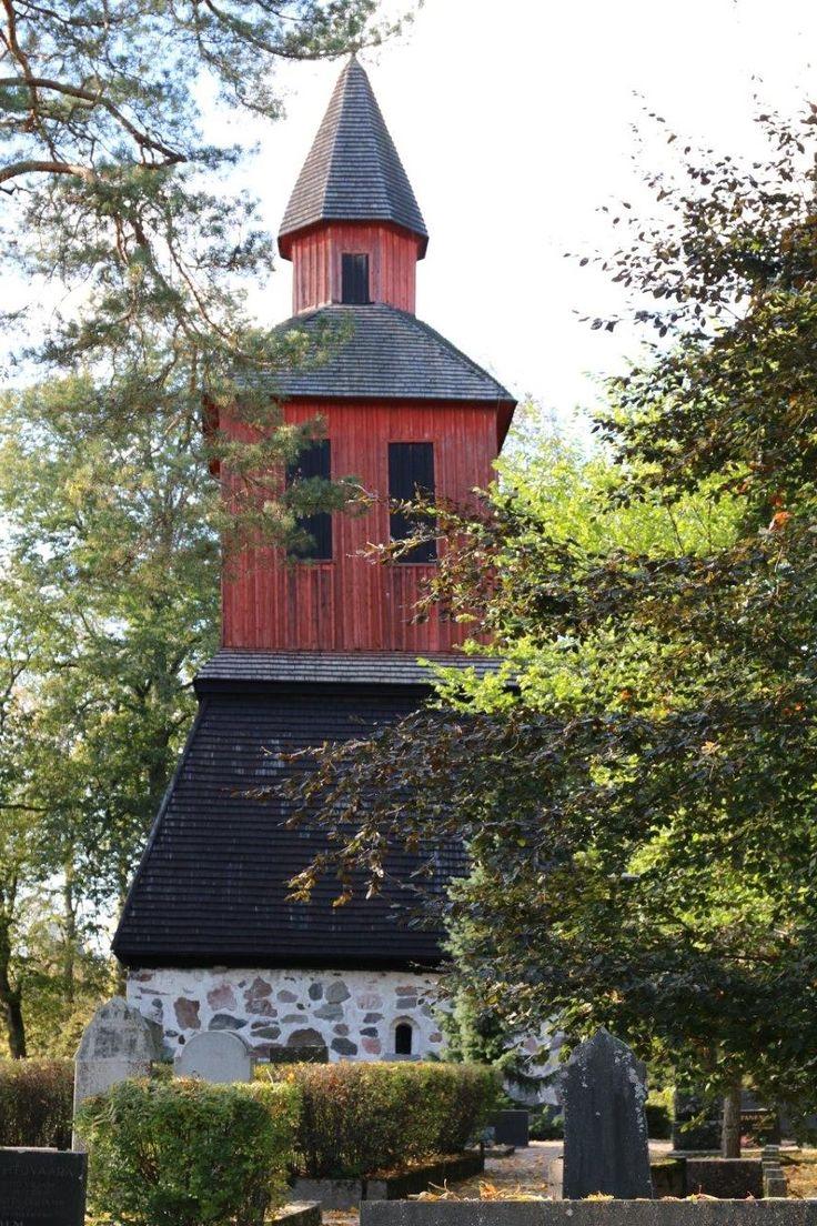 Lohjan Pyhän Laurin kirkon  kellotorni.