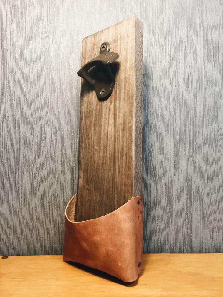 Abridor de cerveza. Madera pino y con base de cuero. Simple y elegante.