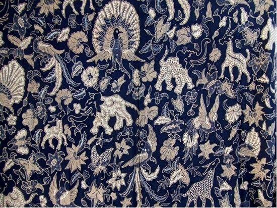 Motif batik Alas-alasan latar irengan  warna hitam merupakan suatu warna biru yang sangat tua.  warna hitam dalam batik melambangkan antara lain  suatu kewibawaan, keberanian, kekuatan, ketenangan, percaya diri dan dominasi.  Dalam motif itu diperlihatkan berbagai jenis binatang, suatu keaneka ragaman dalam kehidupan yang toch pada akhirnya dapat saling bertenggang rasa.