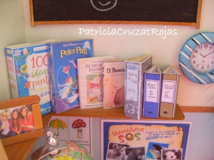 Patricia Cruzat Artesania y Color:  Profesora de Primaria con miniaturas de su profesión, en un cuadro personalizado.