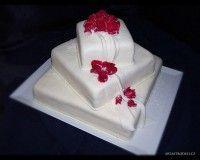 Svatební, marcipánový, čtvercový, sesazený dort. Základna a dvě patra s marcipánovou modelovanou ozdobou.
