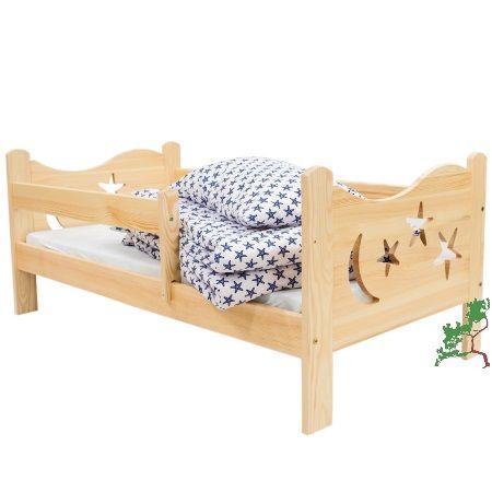 Drewniane łóżko dziecięce z barierką i ozdobami na czołach łóżka wykonane z litego drewna sosnowego.