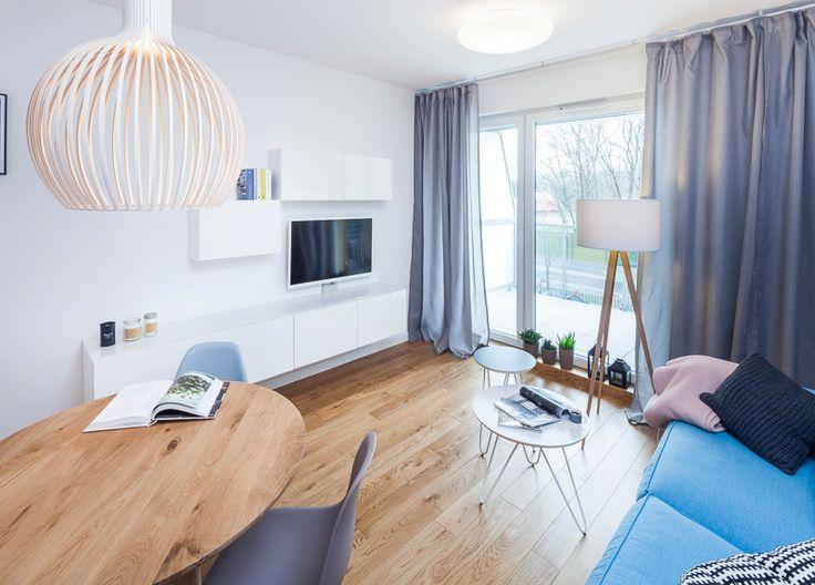 Realizacja według projektu Izy Hafke (Hafke- Architektura i Wnętrza). Piękne wnętrze! Na podłodze  warstwowa deska JPW Dąb Rustikal. Dębowa deska lakierowana wykonywana w tzw. miksie długościowym (od 600 mm-2000 mm). Naturalne piękno drewna podkreśla 4-stronna faza. #podłogadrewniana #deska #directfloor #wnętrza
