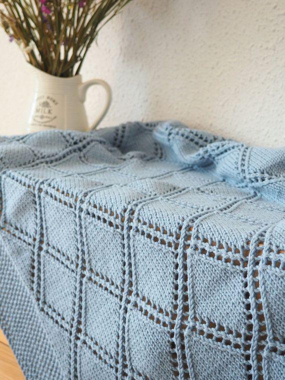 Deze hand gebreide baby jongen deken gemaakt met een mix van 50% katoen en 50% merinoswol is perfect voor een zacht en snuggly slaap voor kostbare baby. Hand gebreide gooien deken is ongelooflijk zacht, elastisch en zal zeker wikkel baby in warmte en liefde. De perfecte maat voor een reiswieg, wandelwagen, wieg of overal die u wilt toevoegen van een beetje van warmte en stijl. Het maakt een mooie handgemaakte wrap voor pasgeboren fotos, speciale gelegenheden, en ceremonies, zou een…