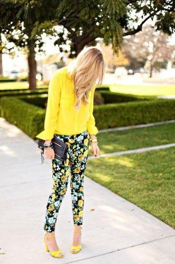 Sandali gialli con pantaloni floreali e blusa