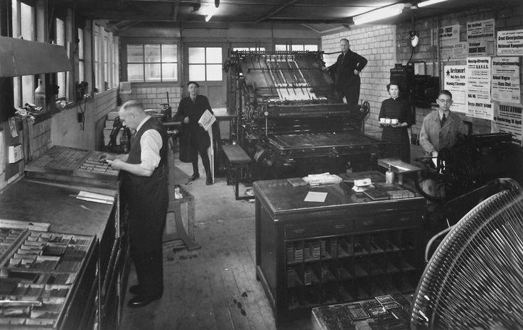 heiloo drukkerij v d uitkijkpost Boven op de drukpers staat de heer Keppel, die het bedrijf in 1939 overgenomen had.