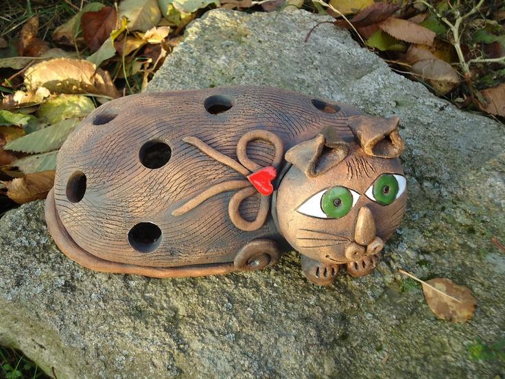 kočka-lampa Výrobek je ručně modelovaný ze šamotové hlíny pálený na 1 160stc., detaily jsou domalovány barevnou glazurou, vhodný pro vnitřní i venkovní prostory. Do vnitřního prostoru se dá vložit čajová svíčka - lampa.Délka 26cm.