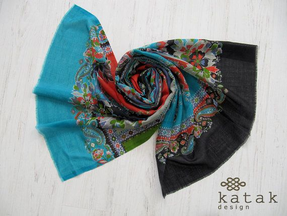 pañuelo estampado de mujer en lana y seda. Chal multicolor en fina lana con motivos florales
