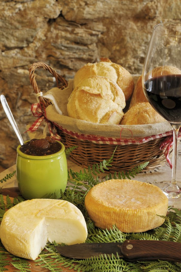 A fiera di u casgiu (la foire du fromage) a lieu ce week-end à Venaco : dégustation, initiation à la fabrication, conférence, chèvres et brebis sur le champ de foire, exposition de photos, concert de Diana Salicetti ... C'est aussi l'occasion de découvrir cette belle région du centre Corse : http://ww7.fr/CentreCorse
